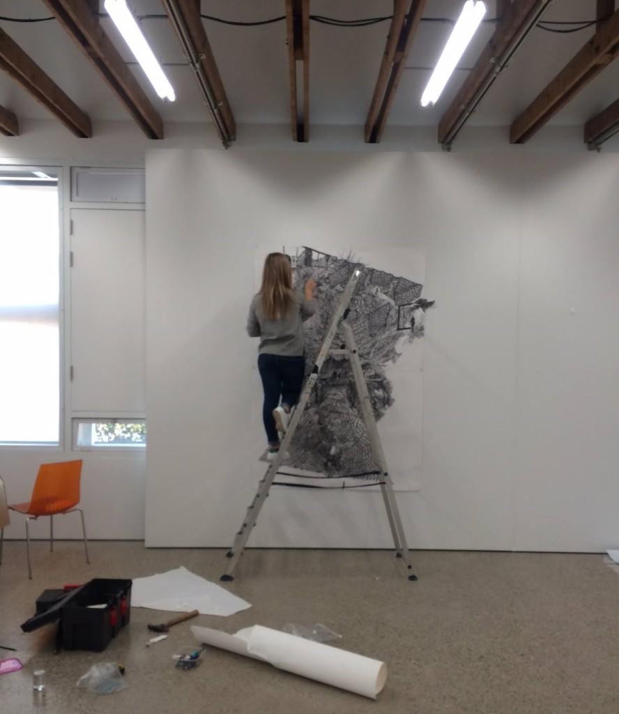 Romy Muijrers bezig met de installatie van haar werk op Drawing Front in Diepenheim / Foto  Facebook